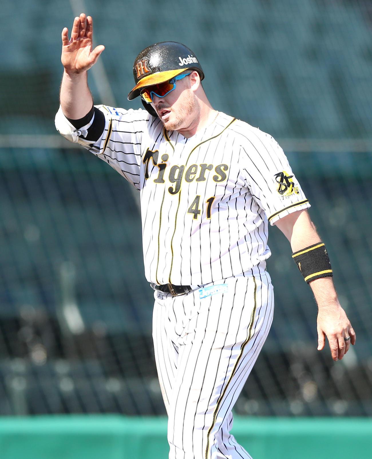 阪神対広島 4回裏阪神無死一塁、ボーアは2点本塁打を放ちナインに向かってポーズする(撮影・上山淳一)