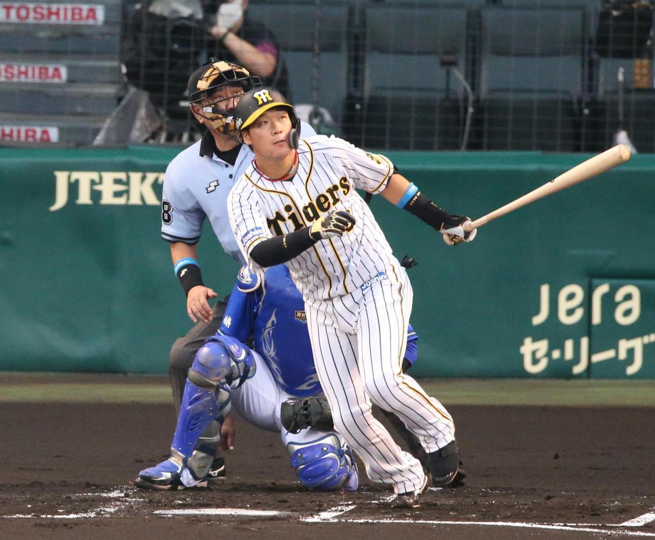 阪神対DeNA 1回裏阪神1死、大山は左越え本塁打を放つ(撮影・上山淳一)