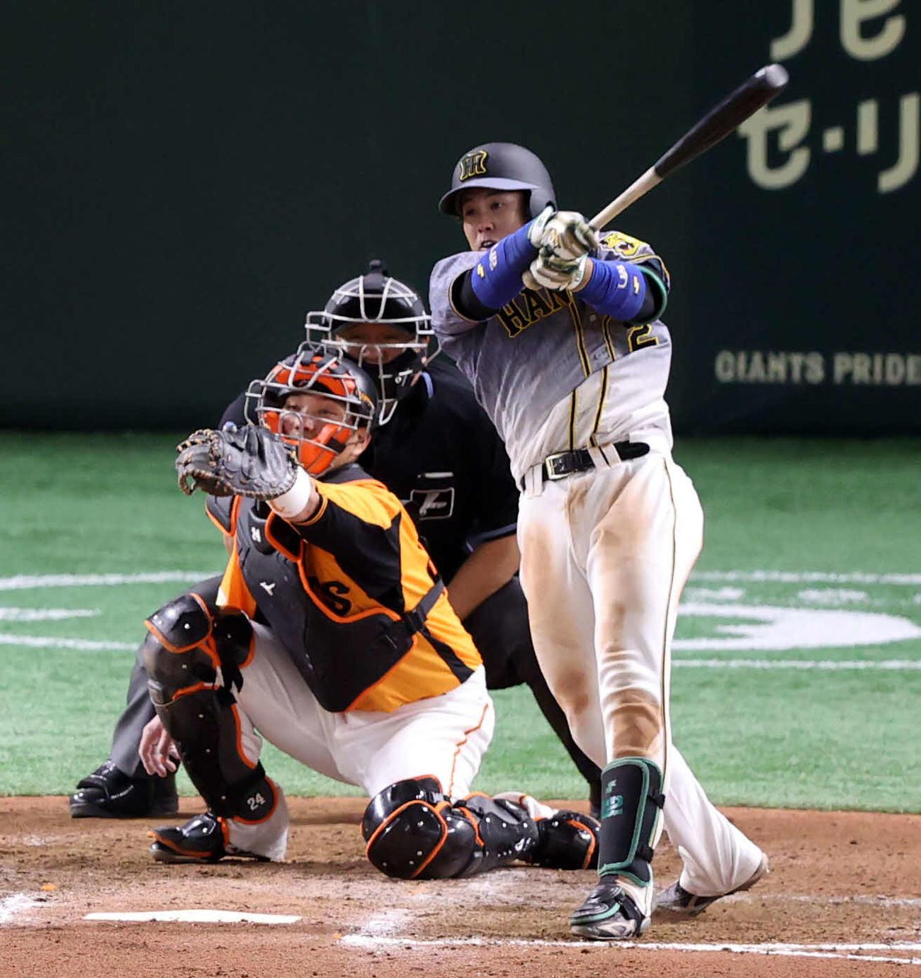 巨人対阪神 7回表阪神2死満塁、2点適時二塁打を放つ梅野。投手高木(撮影・狩俣裕三)