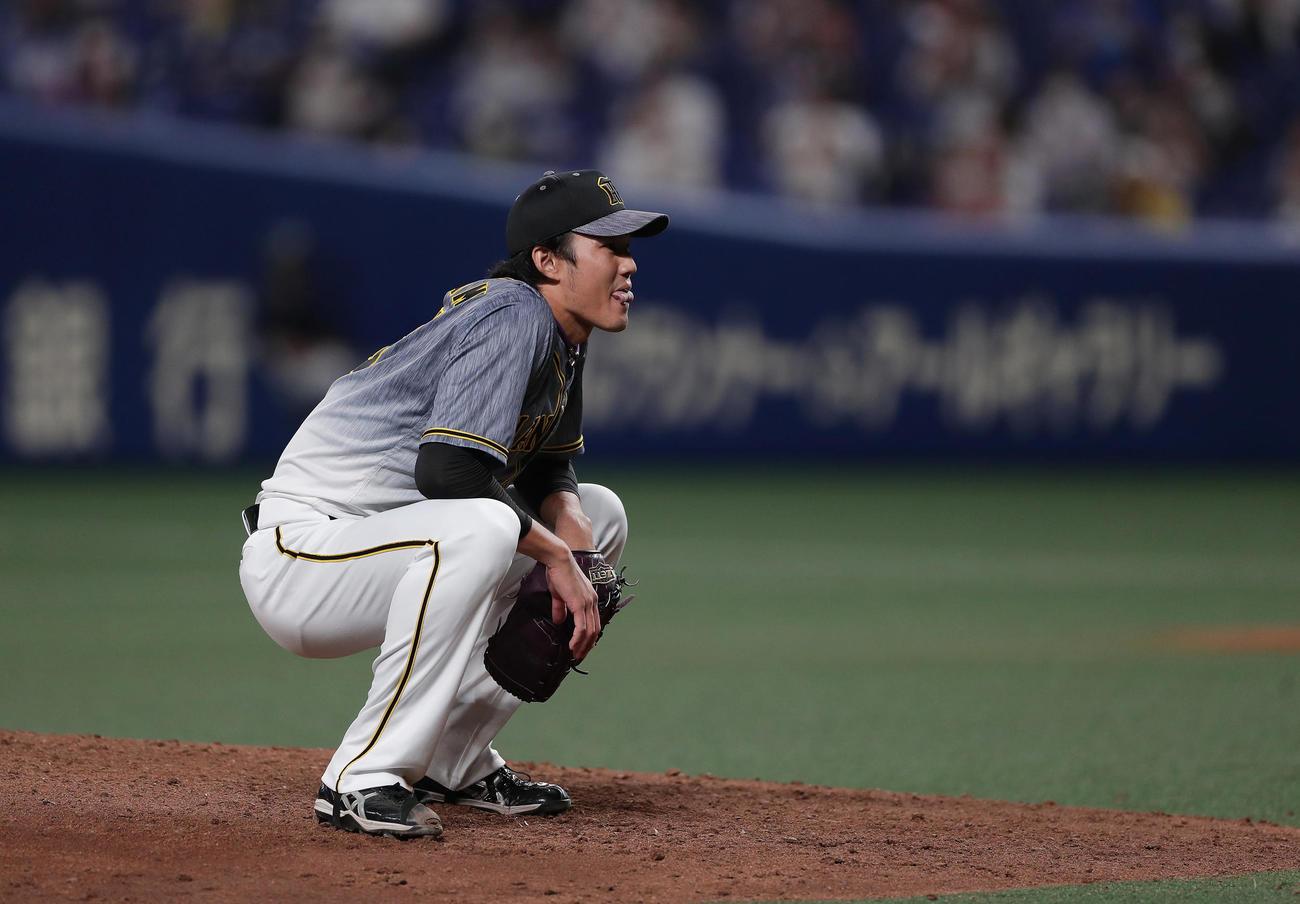 中日対阪神 7回裏中日1死一、三塁、福留への投球がボールと判定され、思わず座り込む藤浪(撮影・前田充)