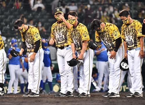 阪神対DeNA DeNAに敗れた矢野監督(左)はファンにあいさつする(撮影・上田博志)