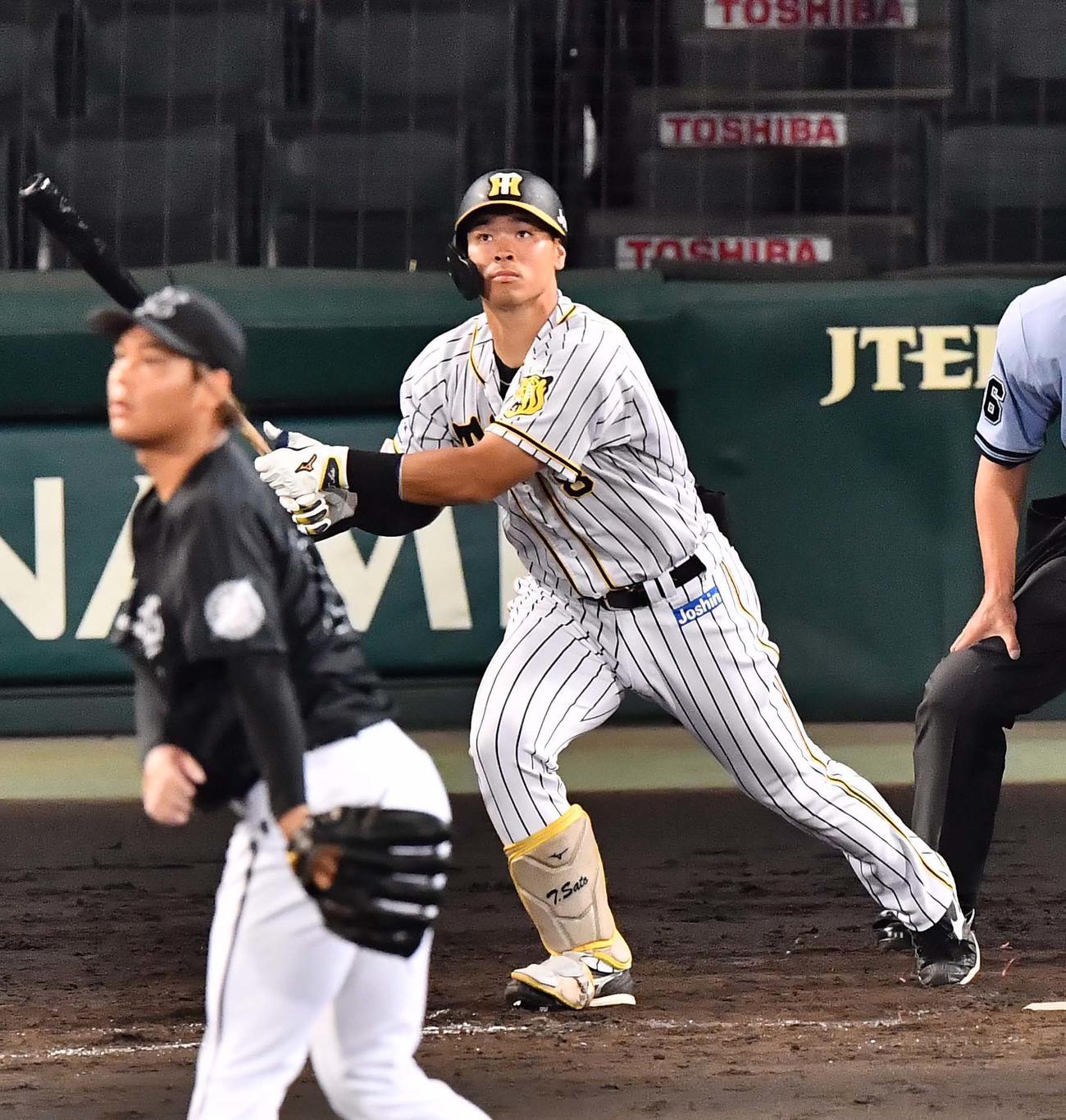 阪神対ロッテ 5回裏阪神2死一塁、右中間へ2点本塁打を放つ佐藤輝(撮影・上田博志)