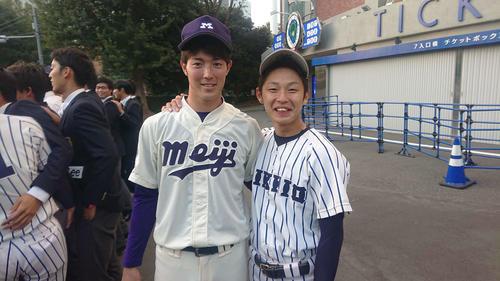 立大対明大 試合後、肩を組んで笑顔で写真を撮る(左から)明大・森下と立大・田中(撮影=保坂淑子)