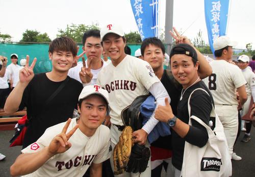 昨夏、初戦負けで涙をのんだ1学年上の先輩と、喜びをわかちあうエース藤原圭一郎(中央)