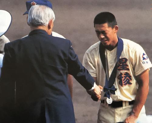 我慢していた涙がこぼれたが、最後まで堂々と戦った三浦さん。大学では準硬式野球を続けた(写真右)