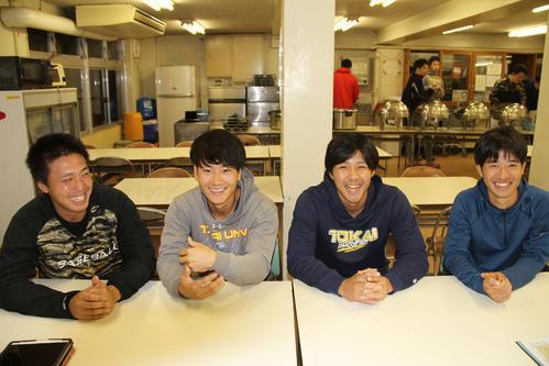 中学から同じユニホームを着た(左から)長倉と杉崎。苦労を笑って話せるほど充実した大学野球だった