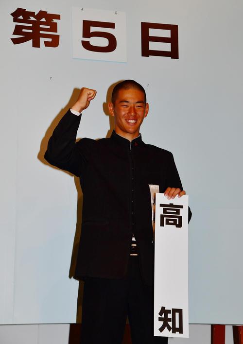 センバツ抽選会で対戦が決まり記念撮影を行う高知・中屋副主将(撮影・清水貴仁)
