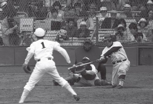 79年選抜高校野球、浪商の香川は森投手の外角低めをバックスクリーンに打ち込む