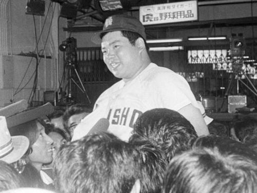 1979年夏の甲子園、比叡山戦後、笑顔で報道陣の質問に応える香川伸行