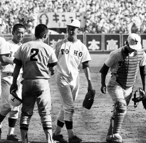 1977年夏の甲子園決勝、10回裏にサヨナラ本塁打を放った東洋大姫路・安井(背番号2)と笑顔で握手をかわす東邦・坂本