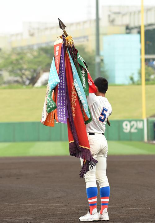 選手権大会優勝旗を披露する花咲徳栄・野村(撮影・横山健太)