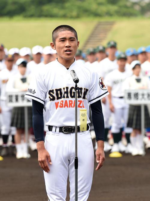 選手宣誓をする木更津総合・比護(撮影・横山健太)