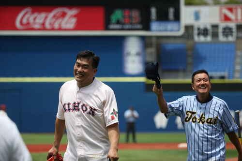 南北神奈川大会で始球式を行った山本昌氏と原辰徳氏(撮影・大友良行)