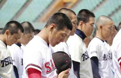 岡山大会の開会式で、豪雨の犠牲者に黙とうをささげる選手たち(共同)