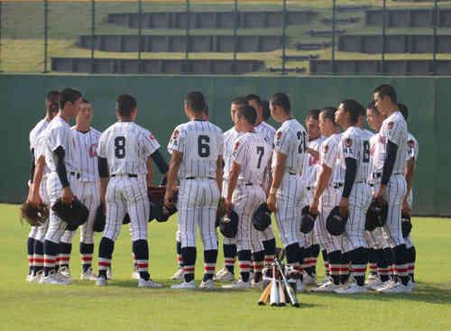 試合前、蛭間主将(背番号8)を中心に円陣を組む浦和学院ナイン