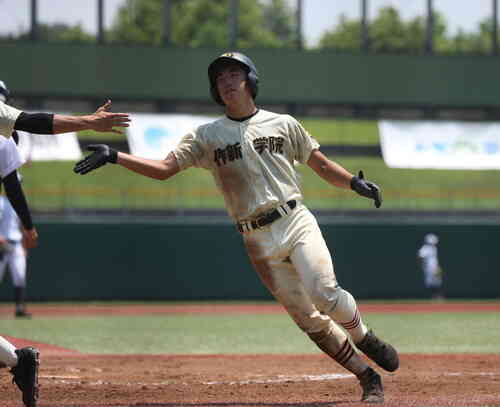 作新学院対佐野日大 1回表作新2死二、三塁、篠田大輔が3点本塁打を放ち生還(撮影・大友良行)