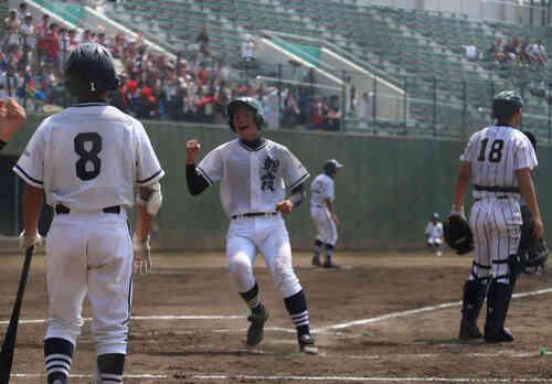 朝霞は2回裏、1番依田の2点適時打などで浦和学院に1点差に迫った(撮影・金子真仁)