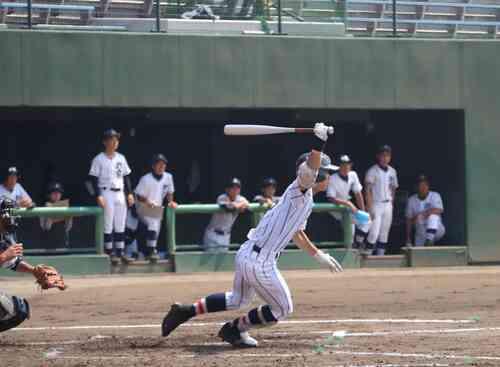 スタメン復帰し2点適時打を放つ浦和学院・矢野(撮影・金子真仁)
