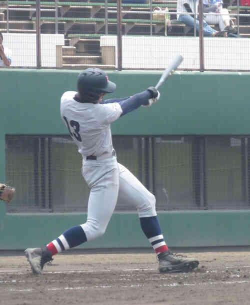3回2死一、二塁で適時二塁打を放つ横浜・万波