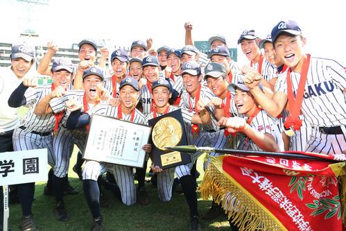 沖学園対九産大九州 優勝した沖学園ナインは歓喜の表情でガッツポーズ(撮影・梅根麻紀)