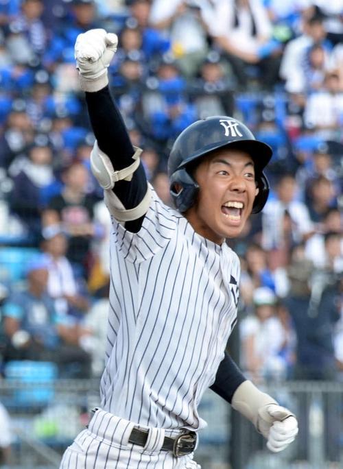 決勝戦の9回裏常葉大菊川2死満塁、遊撃強襲のサヨナラ打を放ち、ガッツポーズで一塁へ走る東