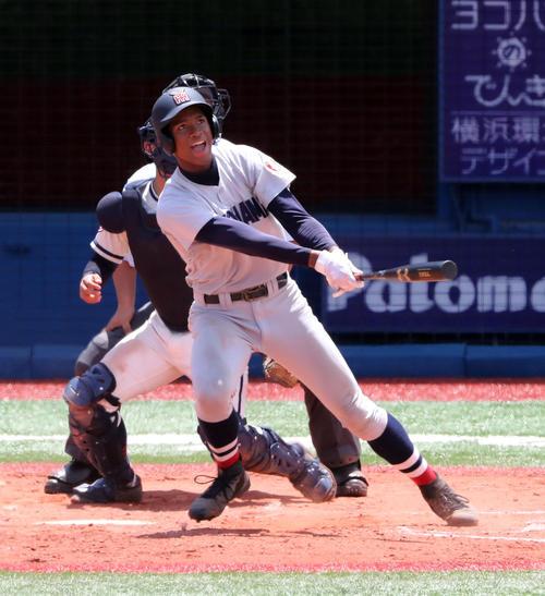 決勝・横浜対鎌倉学園 3回表横浜無死二塁、左越えに特大の2点本塁打を放ち雄たけびを上げる万波(撮影・宇治久裕)