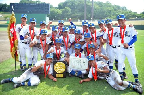 12連覇を達成し大喜びで記念写真に納まる聖光学院の選手たち(撮影・鎌田直秀)