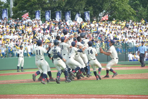 弘前学院聖愛対八戸学院光星 9回表ゲームセットの瞬間、マウンドに集まって歓喜する八戸学院光星ナイン