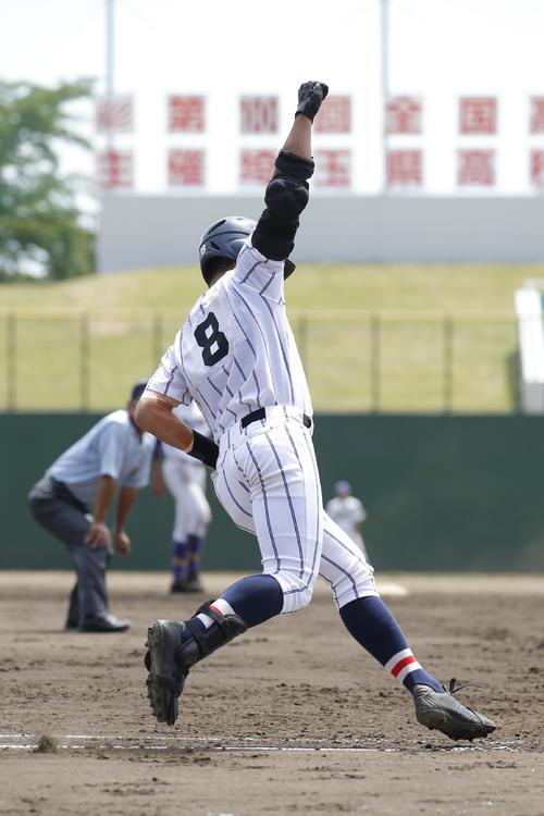 2回表浦和学院2死一、二塁、右越え3点本塁打を放ち一塁を走塁中にガッツポーズをする浦和学院・蛭間拓哉(撮影・河田真司)