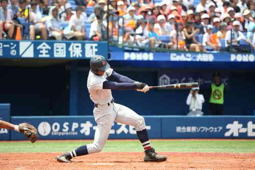 横浜対立花学園 3回表横浜1死二塁、              万波中正がバックスクリーンに2点本塁打を放つ(撮影・大友良行)