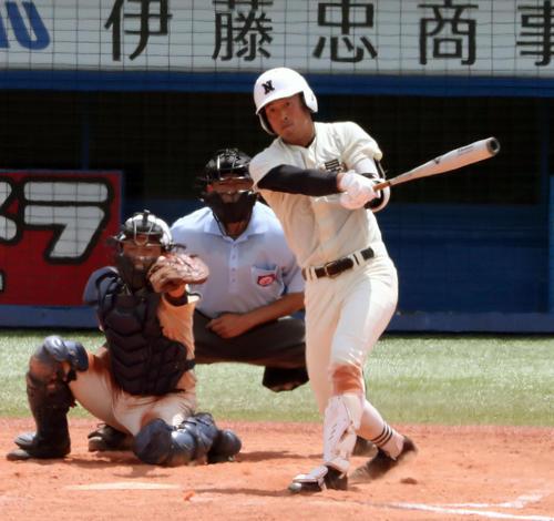 日大鶴ケ丘対日大三 9回裏日大三1死一塁、左越えにサヨナラ2点本塁打を放つ大塚(撮影・宇治久裕)