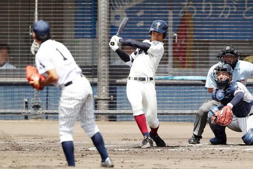 大院大高対大阪桐蔭 1回裏大阪桐蔭1死一、二塁、右前適時打を放つ根尾(撮影・前田充)