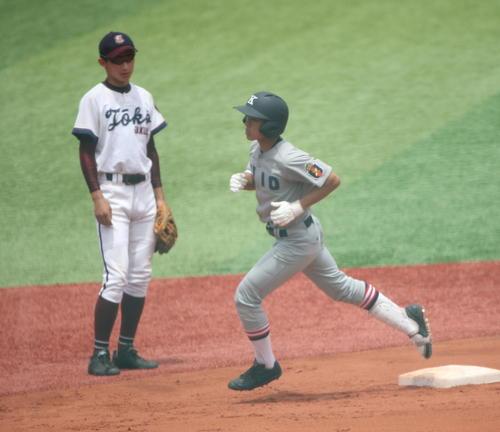 北神奈川大会 慶応対桐光学園 2回表慶応2死一塁、宮尾将が右翼に2点本塁打(撮影・大友良行)
