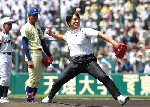 星稜対藤蔭 始球式で投球する松井秀喜氏(撮影・白石智彦)