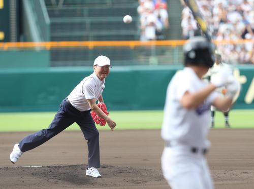 始球式で見事な投球を披露する板東英二氏(撮影・梅根麻紀)