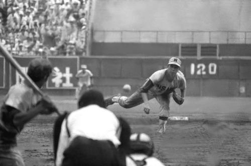 松山商対三沢 決勝戦引き分け再試合で力投する三沢・太田幸司(1969年8月)