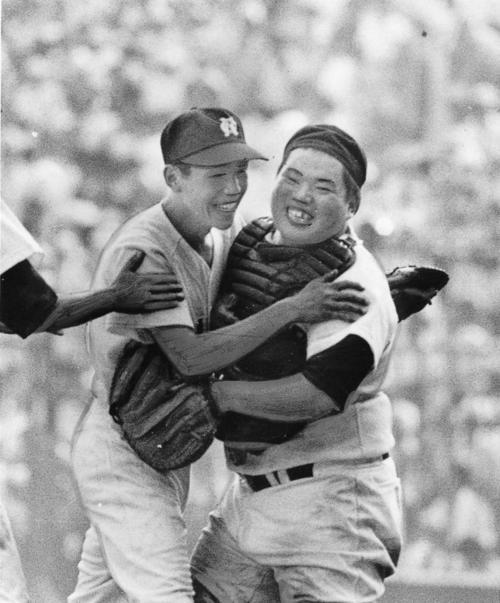 浪商・牛島和彦(左)は香川伸行と抱き合って喜ぶ(1979年8月)