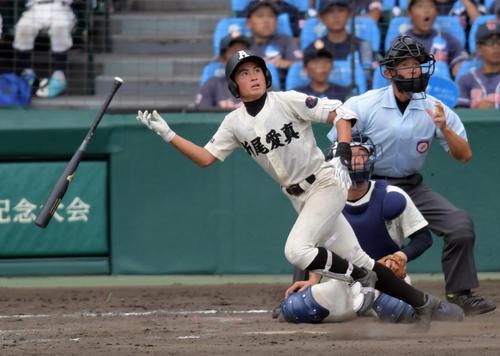 折尾愛真対日大三 8回表折尾愛真1死二塁、左越え2点本塁打を放つ斉藤(撮影・清水貴仁)