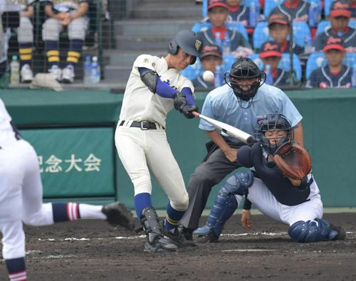奈良大付対羽黒 5回表奈良大付無死一塁、宮川寛志は右中間2点本塁打を放つ(撮影・奥田泰也)
