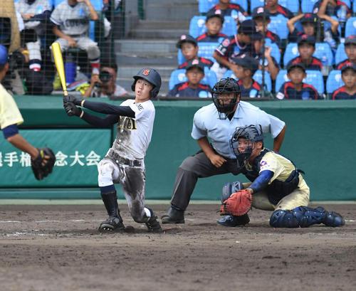 星稜対済美 13回済美表無死満塁、矢野功一郎は逆転サヨナラ満塁本塁打を放つ(撮影・奥田泰也)
