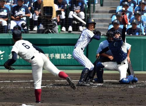 2回表沖学園2死一、三塁、根尾は暴投で三塁走者吉村の生還を許す(撮影・横山健太)