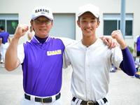 父の天城コーチ(左)と肩を組んで甲子園での活躍を誓った金足農・菅原天空