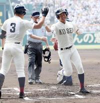 1回裏八戸学院光星2死三塁、先制の2点本塁打を放ち笑顔で生還する東、左は伹井(撮影・垰建太)