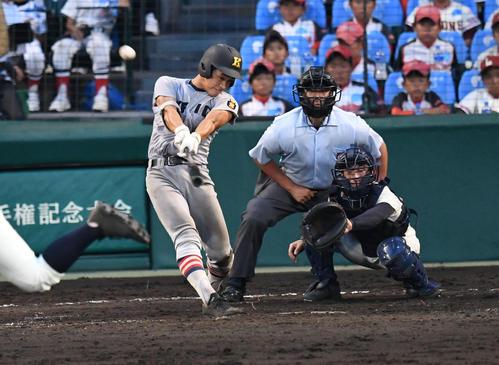 5回裏慶応2死一塁、下山は右越え2点本塁打を放つ(撮影・奥田泰也)