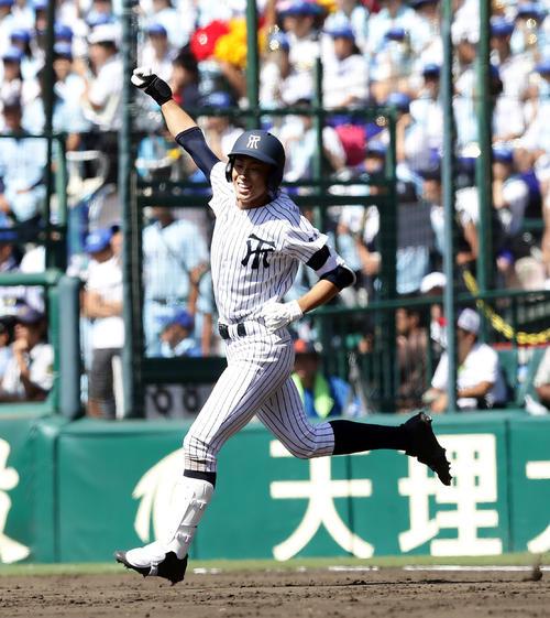 常葉菊川対近江 9回表常葉菊川2死三塁、伊藤は左翼に2点本塁打を放ちガッツポーズ(撮影・浅見桂子)