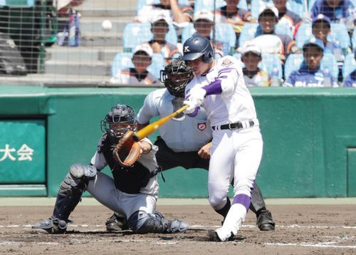 横浜対金足農 3回裏金足農2死三塁、同点となる中越え2点本塁打を放つ吉田(撮影・前田充)