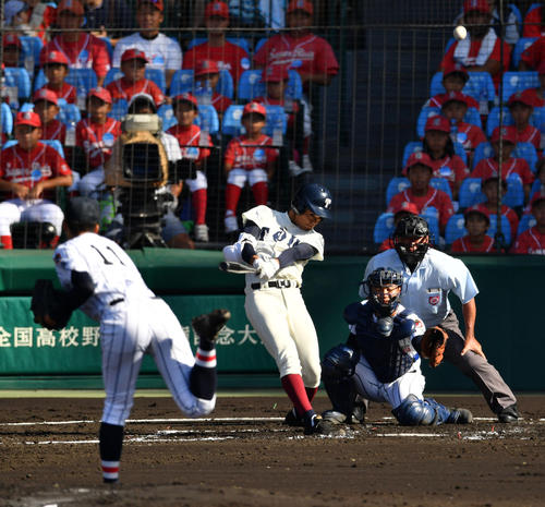 大阪桐蔭対浦和学院 2回表大阪桐蔭1死、左越え本塁打を放つ根尾(撮影・横山健太)