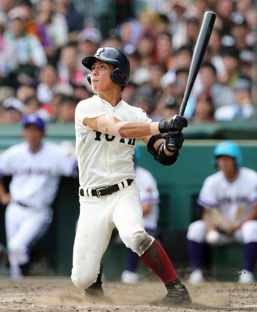 4回裏大阪桐蔭1死一、二塁、左越えに3点本塁打を放つ宮崎(撮影・宇治久裕)
