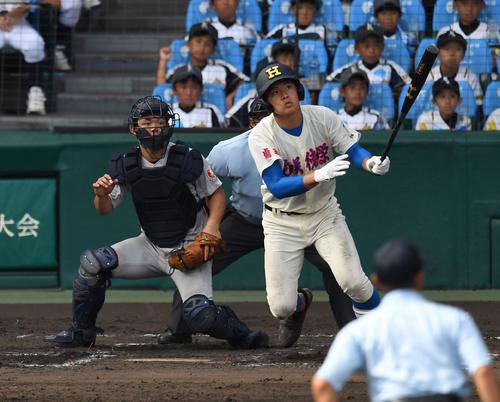 横浜対花咲徳栄 6回裏花咲徳栄無死一塁、野村は左越え2点本塁打を放つ(撮影・奥田泰也)