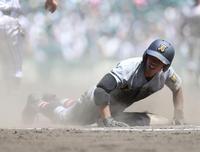浦和学院対仙台育英 9回裏仙台育英2死一塁、三ゴロを放ち一塁へヘッドスライディングで飛び込む沢田。失策も重なり出塁した(撮影・垰建太)